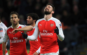 Giroud and Walcott at the double as Arsenal progress