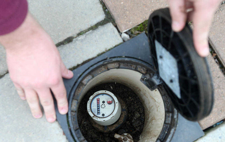 Minister calls 'immediate' halt to water meter installations
