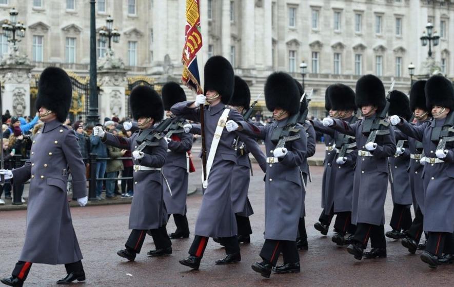 queen guards show buckingham palace
