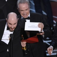 Firm responsible for counting Oscars votes apologises for best film blunder