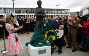 Cheltenham: AP McCoy unveils statue in his honour