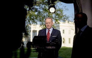 White House press secretary Sean Spicer apologises for 'insensitive' reference to the Holocaust