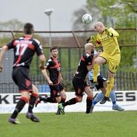 Dramatic Cruyff turn in the Danske Bank Premiership title race as Crusaders goalkeeper Sean O'Neill gifts Linfield top spot