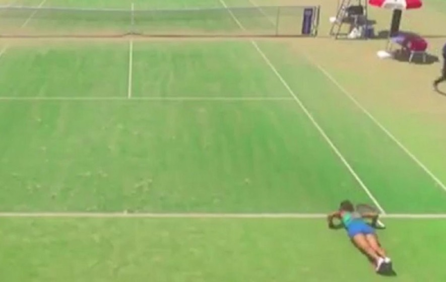 This tennis player kept doing push-ups in between points and it's really quite bizarre