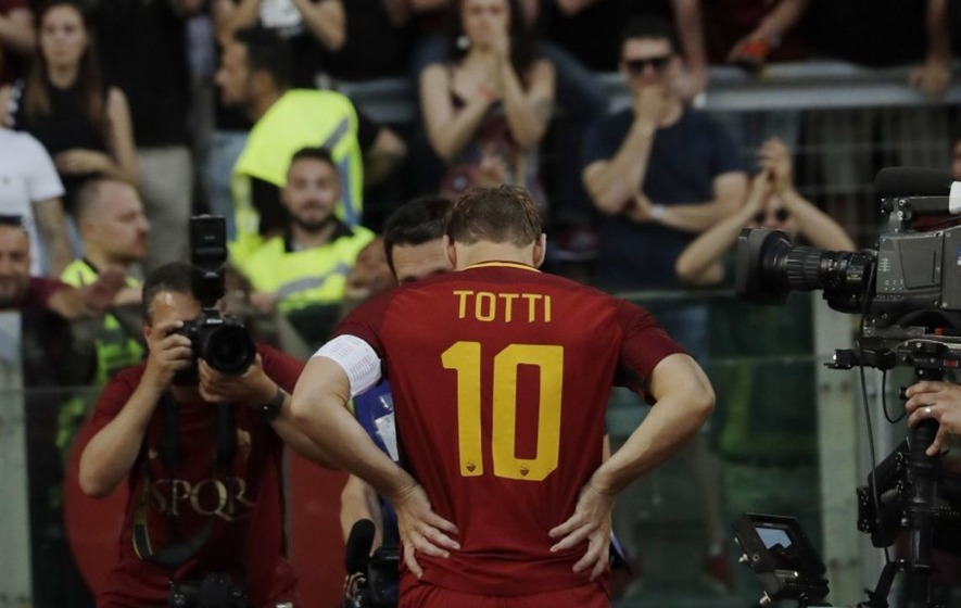 Watch the symbolic moment Francesco Totti gave his armband to Roma's youngest captain