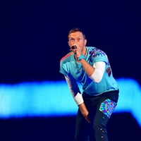 Chris Martin covers Linkin Park's Crawling in Chester Bennington tribute