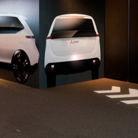 Mitsubishi's new signalling system projects symbols on to the road