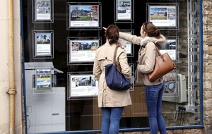 House prices fall in December as economic uncertainty dogs market