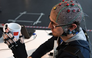 This hand exoskeleton for people with paralysis can be controlled by brainwaves