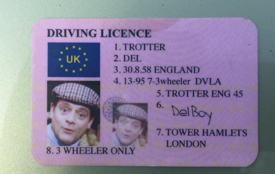Someone handed over a del boy trotter driving licence to - Only fools and horses bonnet de douche ...