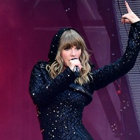 Robbie Williams joins Taylor Swift on stage for second night at Wembley