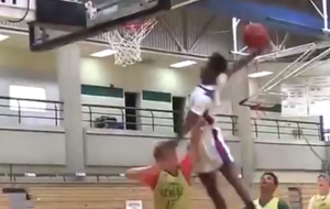 Watch: Students combine for incredible slam dunk in university basketball game