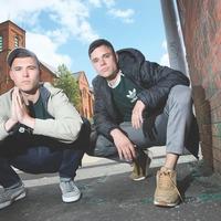 Kneecap – buíon hip-hop Gaeilge atá ag léiriú shaol na nGael óg ó thuaidh