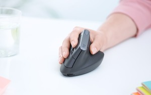 This bizarre vertical mouse claims to reduce muscle strain