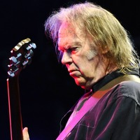 Neil Young confirms marriage to Daryl Hannah in message urging fans to vote