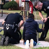 These cops went viral for helping a kid fix his bike tyre