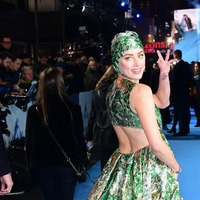 Amber Heard wore a swim cap to a film premiere and people are very confused