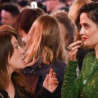 Eva Green hands used chewing gum to assistant on the red carpet