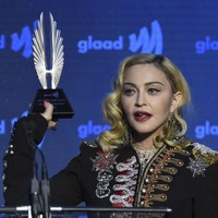 Madonna pays tribute to gay friends as she accepts advocate for change award