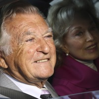 Bob Hawke remembered as record-breaking beer drinker and 'great Australian'