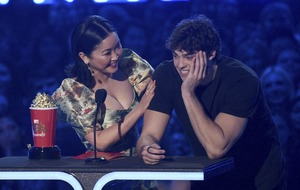 Noah Centineo thanks Lana Condor's lips as they win best kiss