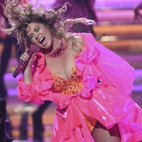 Shania Twain brings curtain down on the AMAs with hit-laden medley of songs