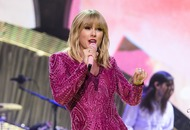 Taylor Swift announces Christmas song with help from pet cats