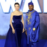 Daisy Ridley and John Boyega brilliant in blue at Star Wars premiere