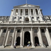 Bank keeps rates on hold but cut still on cards as growth weakens