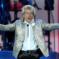 Rod Stewart discharged from hospital on 75th birthday after having knee op