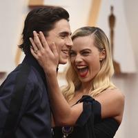 Timothee Chalamet photobombs Margot Robbie on Oscars red carpet