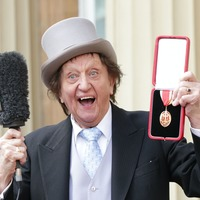 Ricky Tomlinson records Ken Dodd tune from the bath to pay tribute to NHS