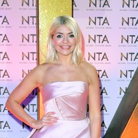 Holly Willoughby breaks wooden spoon while saluting nation's carers