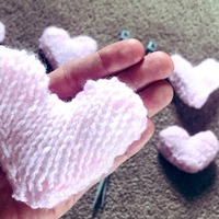 Nurse knits hearts for palliative care patients isolated in lockdown