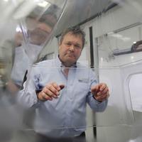 Entrepreneur designs 'head box' for treating coronavirus patients