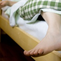 Health facts: Dangling your feet may ease knee pain