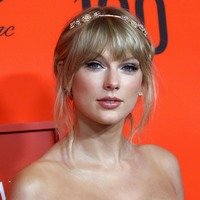 Taylor Swift on course for third week at the top of the UK album chart