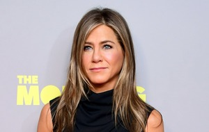 Jennifer Aniston prepares for the Emmys with facemask and champagne
