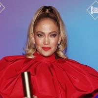 Emotional Jennifer Lopez accepts icon award