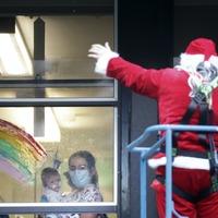Santa swaps sleigh for cherry-picker as he visits children's hospital
