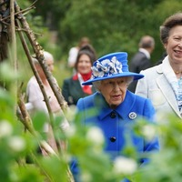 Queen jokes about plot of tempting strawberries on visit to green oasis in city