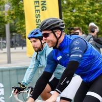 Sir Chris Hoy leads hundreds on charity cycle between Glasgow and Edinburgh