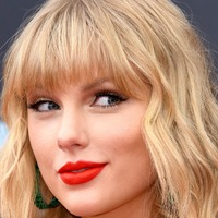 Taylor Swift thrills fans at a Belfast bar